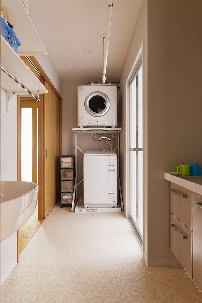 以前までキッチンにあった洗濯機置場を洗面室へ集約し、新たにちょっとした小物の洗い場のスペースを洗面台とは別に設けました。悩んだ末に…ガス乾燥機も設置!とにかく洗濯が楽になったそうです。