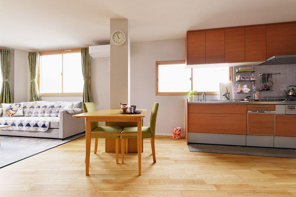 西日の気になるキッチンにはインナーサッシの遮熱タイプを採用しました。お部屋のすべての窓にインナーサッシを付けたので暖房の効きが良くなったそうです。またガラスを曇りガラスにすることで、お外からの視線が気にならなくなりました。