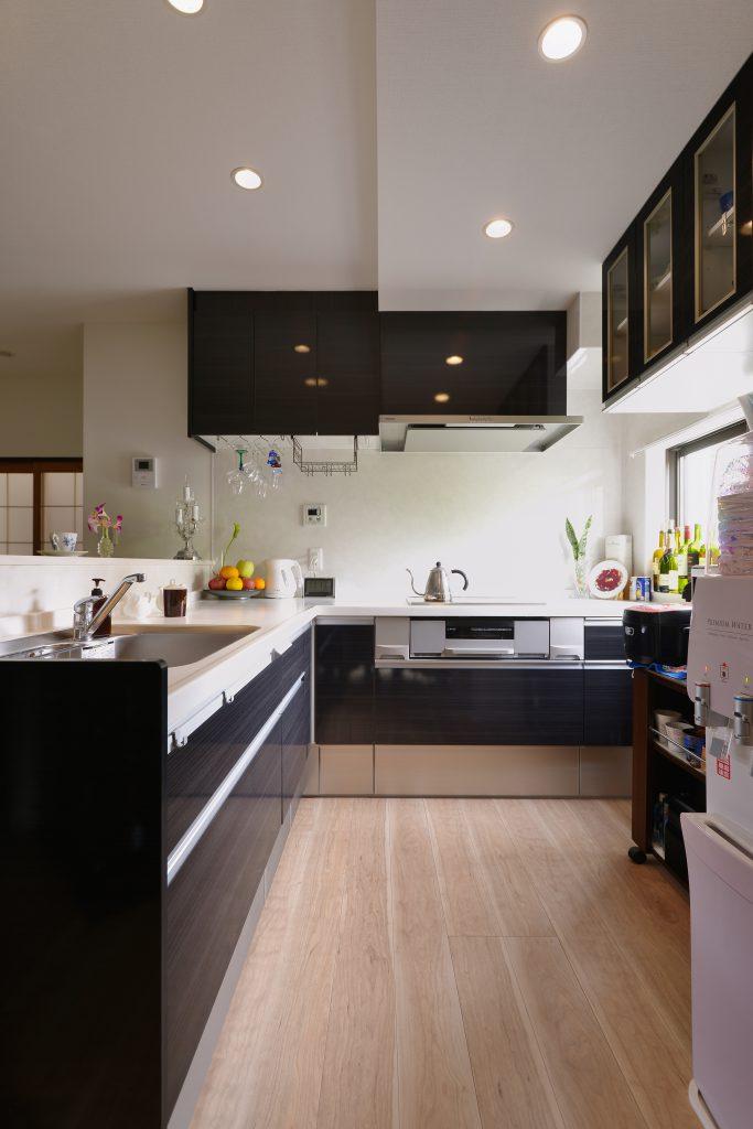 L字型のキッチンで広々とした作業スペースに。シンクとコンロの動線も短くなり家事もはかどります。