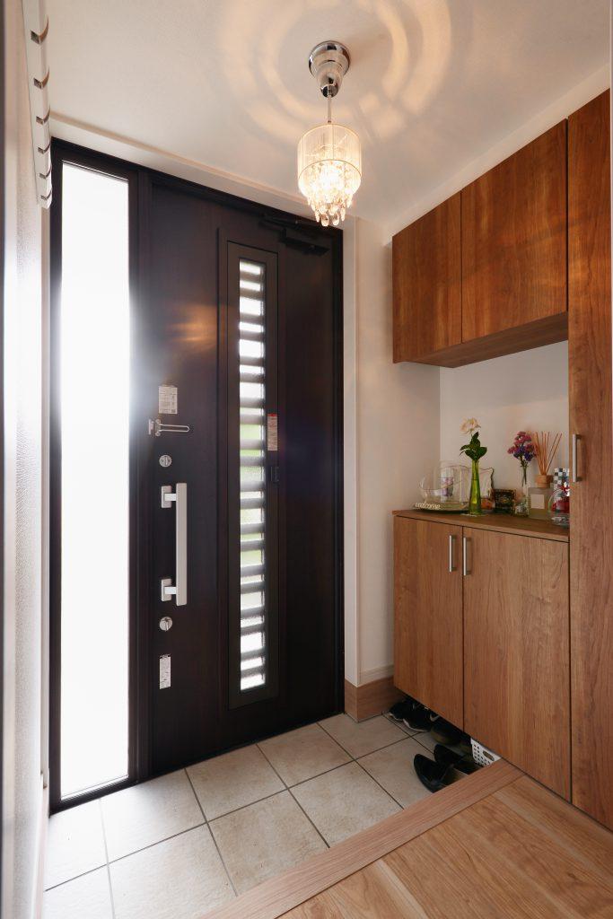 玄関ドアから入る光で明るい玄関に。