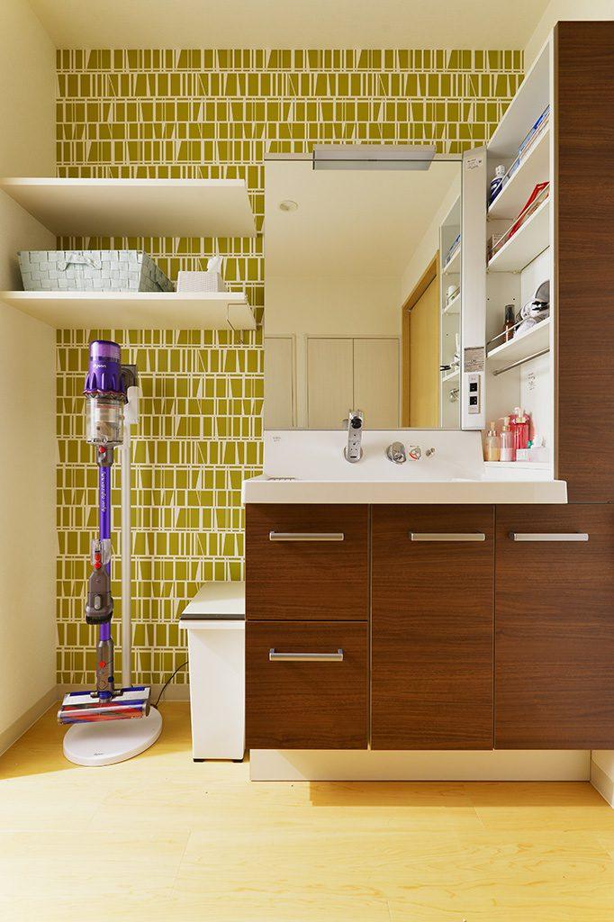 【洗面室】洗面台の横には収納棚や掃除機がセットできるスペースを確保