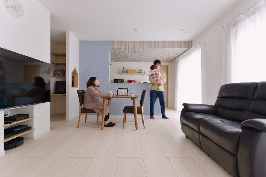 2つの家型の開口がかわいい、ご夫婦の大好きなムーミンのクロスをアクセントに、優しいブルーを基調にした居心地のいい空間。