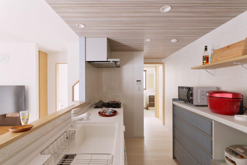 キッチンは大人2人ですれ違えるくらいのゆとりを持った広さを確保しました。カウンターの高さを90cmと高めにすることで、腰への負担が軽減され、お料理が楽しくなったんだとか