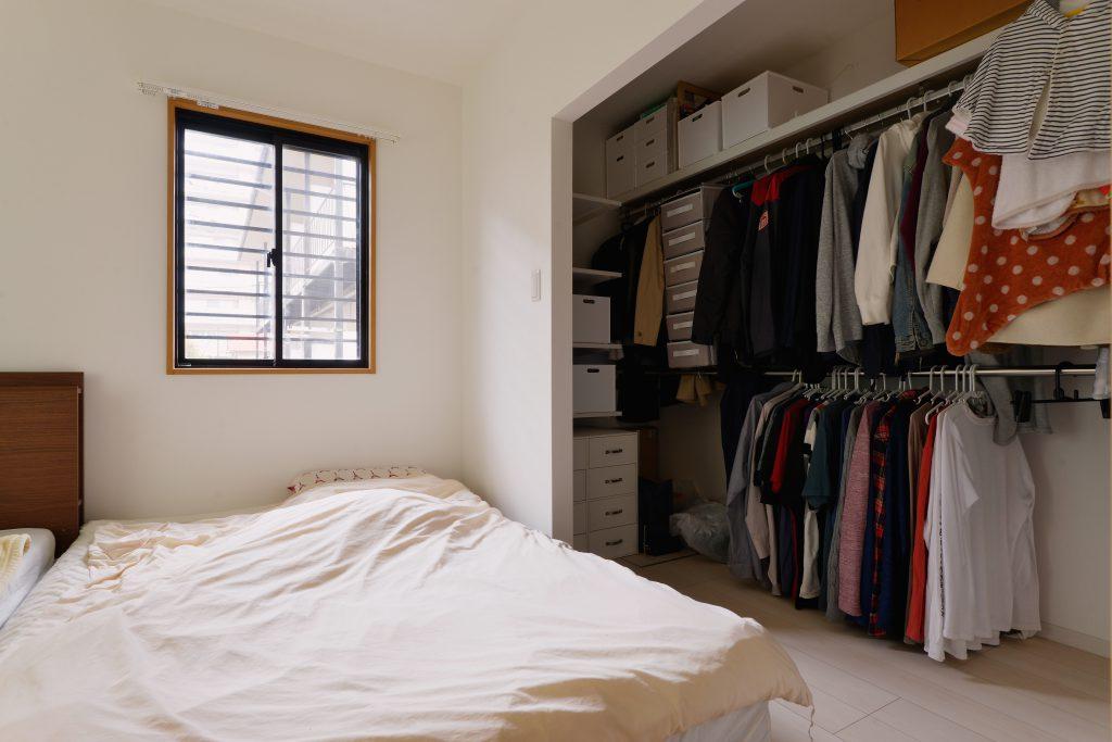 長い期間家族4人が一緒の部屋で寝られるように、クローゼットにあえて扉を付けないことでダブルベッドを2つ並べられるようにしました。