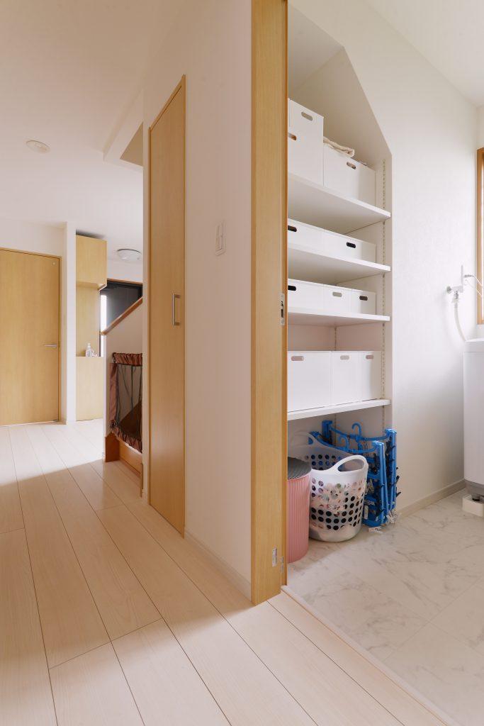 階段下の収納は奥行が深すぎてうまく使いづらいと言われがちです。廊下側・洗面室側で半分ずつの収納に分けることで、使い勝手抜群。洗面側の収納は下着やタオルをたくさんしまえる!と奥様のお気に入りです
