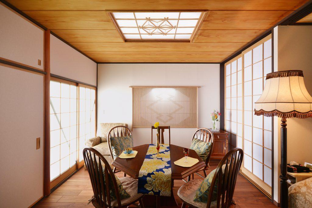 寝室:壁や天井の照明の障子は枠組みは残し、障子は張り替えて綺麗に。元々の和を残しつつもモダンな空間に仕上がりました。