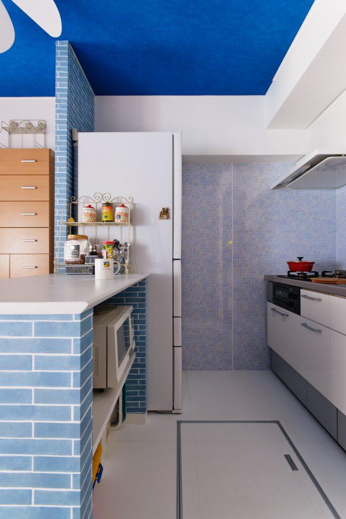 ダイニングキッチン:カウンターは調理作業や、お料理の置き場とのして大活躍です。調理作業をスムーズにすると共に、お子様とも会話がしやすい配置に。