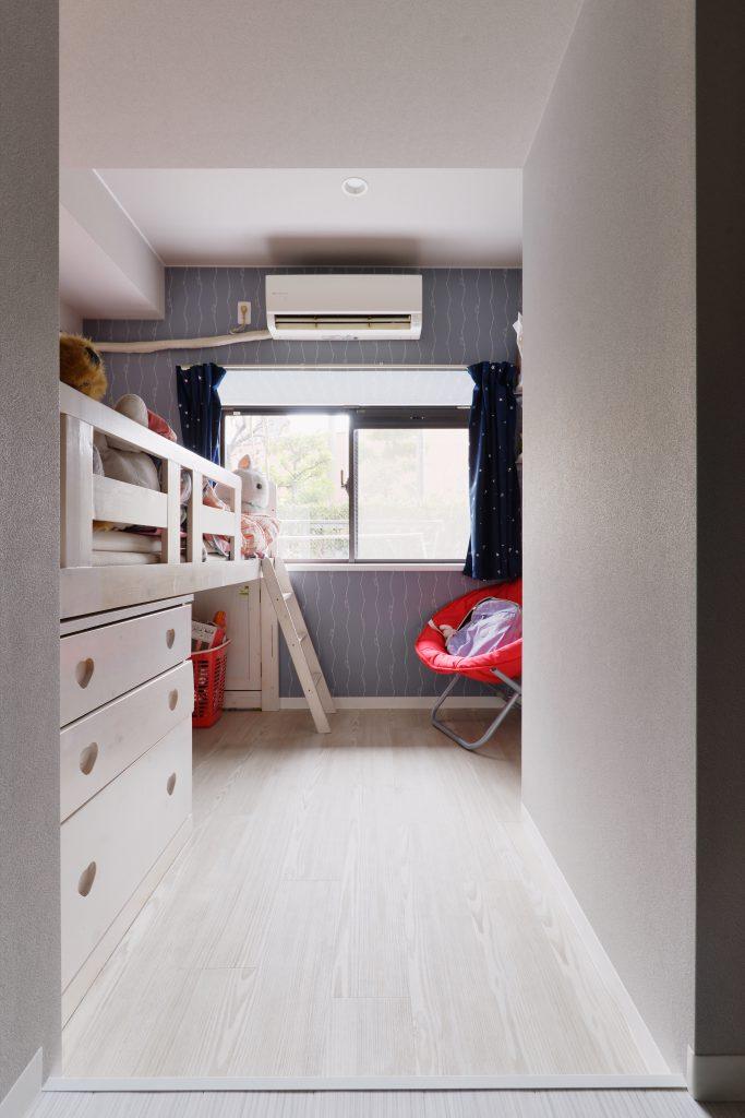 子供部屋:お子様のお部屋はアクセントクロスにグレーを使い、柔らかく飽きがこない色合いにまとめました。