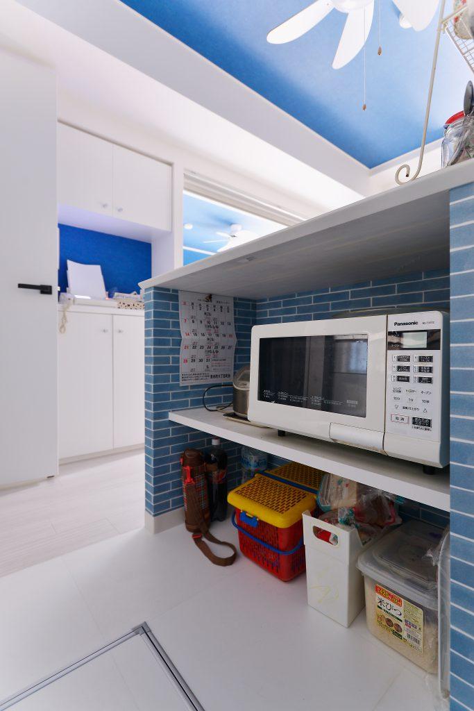 ダイニングキッチン:以前は丸見えだった家電類やストック類の置き場をカウンター下につくり、ダイニング側や個室側から見えないようにしました。お客様が来た時も、雑多になりがちなキッチン収納がくつろぎスペースから見えず安心です。