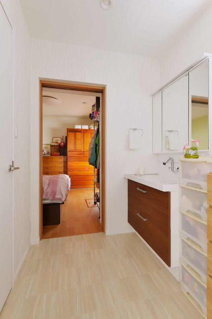 (増築部)脱衣室:脱衣室は寝室に隣接してつくり、朝の身支度や夜寝る前の動線を良くしました。左側の白いドアを開けるとウォークインクローゼットになっていて、洗濯⇒収納の家事動線も配慮して設計しています。