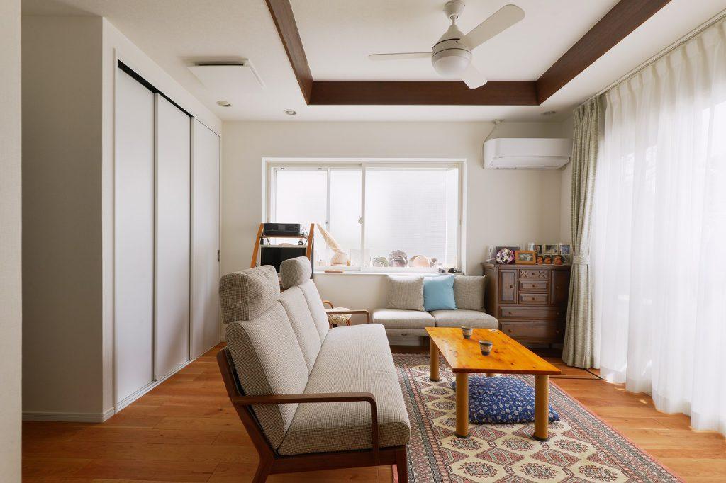 1階リビング・ダイニング:1階は既存の間取りを活かしながら、断熱性能をアップ。窓には2重サッシ、壁にも断熱材を入れてご両親が快適に、安心して過ごせる空間にしました。