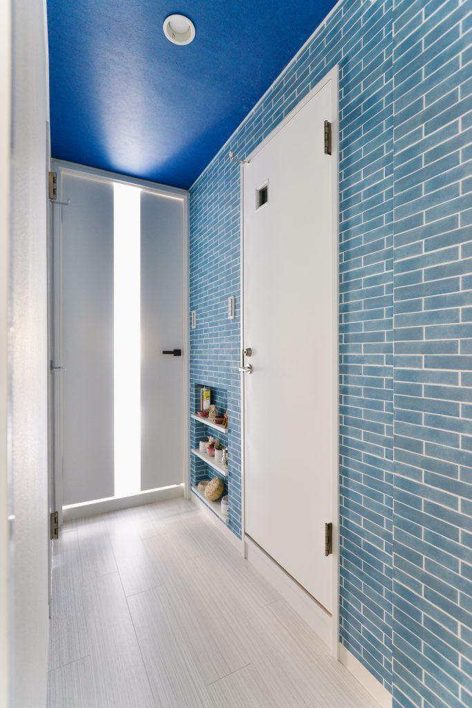 廊下:廊下は青系のレンガ調クロスをアクセントに。