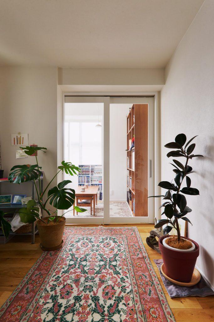 2階ホール・書斎:リビングとは別に、ちょっとしたフリースペースを作りました。趣味部屋として、書斎として、またセカンドリビングとして、色々な使い方ができます。ガラス引き戸を採用したことで、東側の明るい光がホールにも差し込みます。
