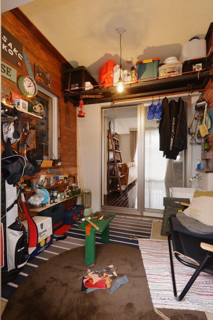ホビールーム:壁面の棚などはご主人様のDIYによるもの。アメリカンカジュアルな雰囲気に。
