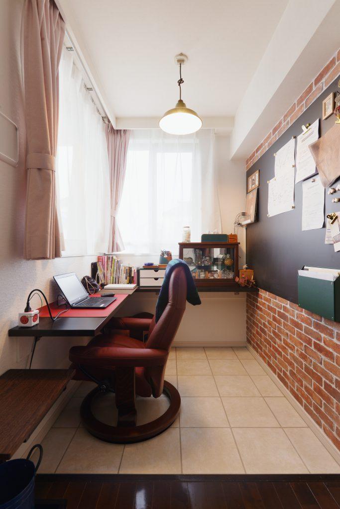 書斎コーナーの壁には黒板塗装のパネルを採用。書類などをマグネットで貼り付けることができてとても便利です。