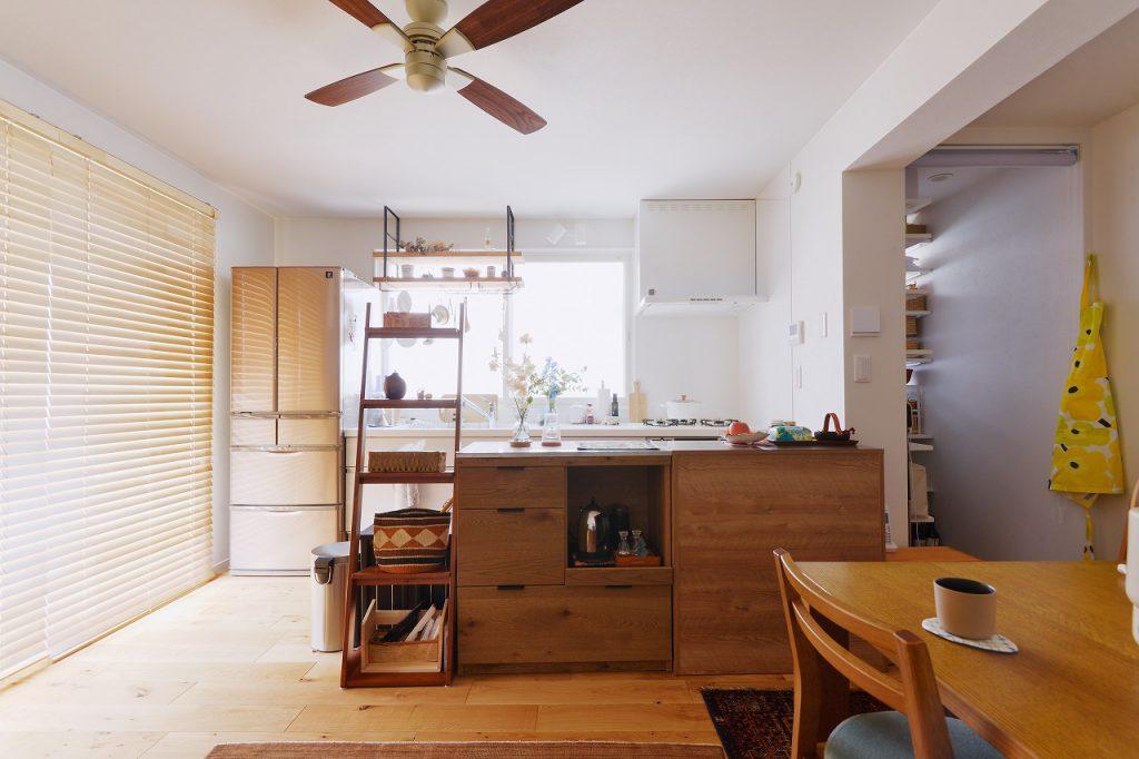 2階キッチン:もともとあった大きな窓をキッチンスペース活かすことで、とても明るく暖かな空間に。対面側をカウンター収納にすることで、作業スペースもゆったりとれるようになりました。キッチン横にはパントリースペースも。