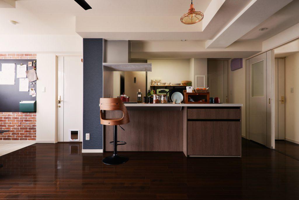 LDK:フラット対面のオープンキッチンにすることで、お料理しながらお酒を飲んだり、食事が楽しめる空間になりました。