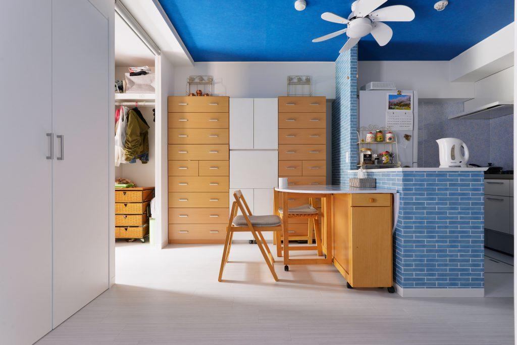 キッチンの位置を少し変え、腰高のカウンターでキッチンとくつろぎスペースにゆるやかに区切りをつけました。