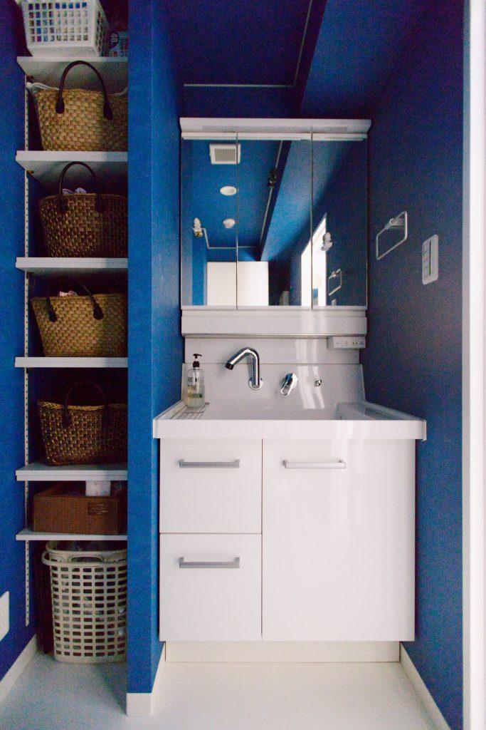 洗面室:洗面台の横には、可動棚を付け、無駄に空いてしまっていたスペースをフル活用。あえて扉をつけたものにはせず、扉をあけるワンアクション無くすぐ物が取れるようにしています。