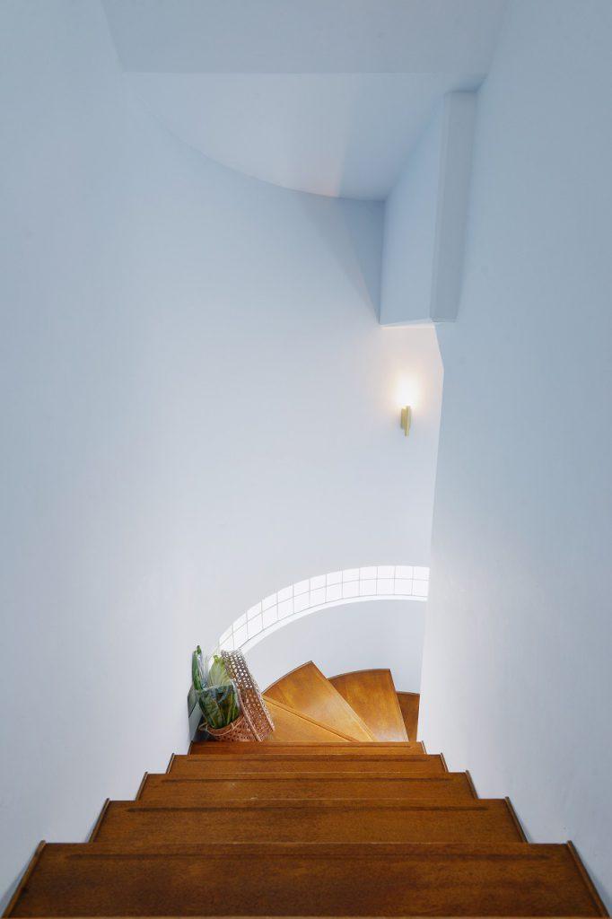 階段:1階ご両親世帯と2階子世帯を繋ぐ階段。淡いブルーの塗装仕上げがやわらかい印象を与えます。