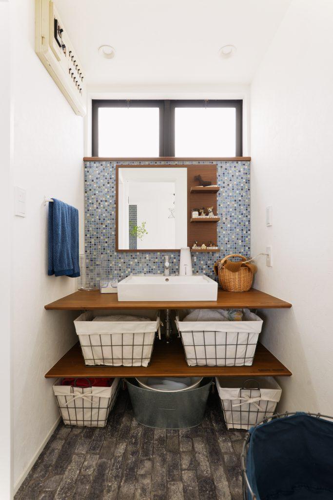 洗面室:明るく清潔な雰囲気の水廻り。 費用は抑えつつ、内装でカジュアルカフェの雰囲気に仕上げました。