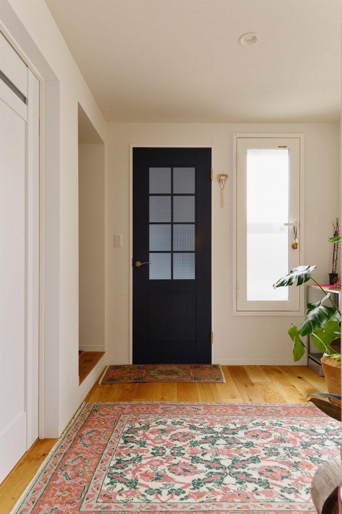 2階ホール:2階子世帯の空間の顔となる入口には、アクセントのネイビーが映える建具を採用。1階玄関からの冷気を遮断してくれます。