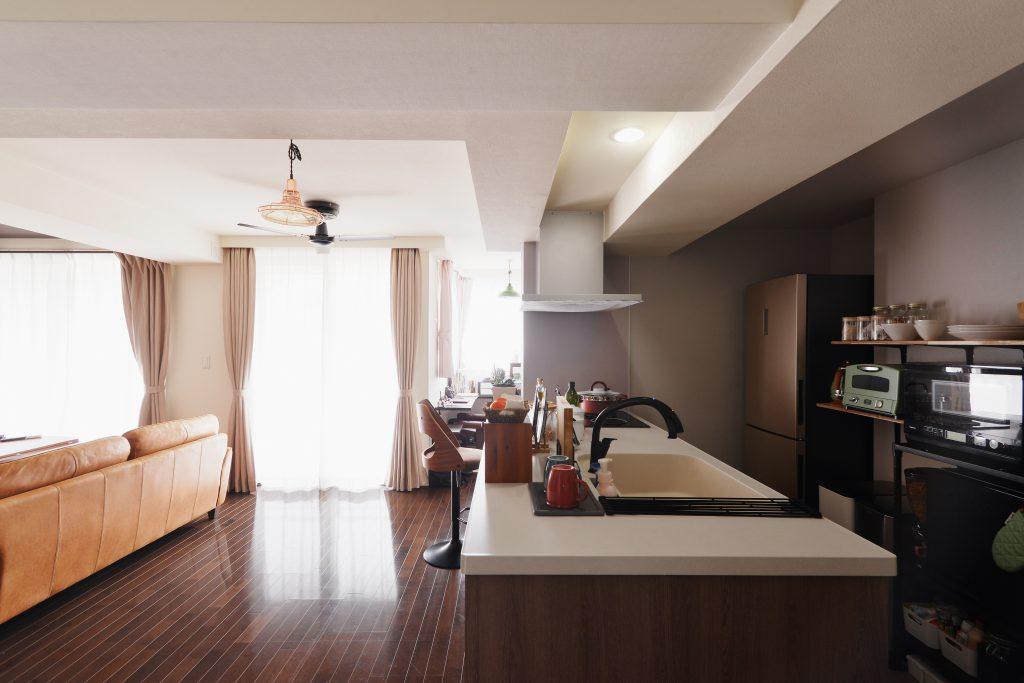 LDK:キッチンにはグレークロスを採用。ダークブラウンの床と合せて落ち着いた雰囲気にしています。