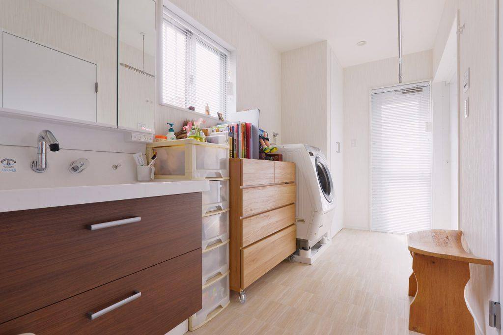 (増築部)脱衣室:1階は増築をしてご両親用の水廻りを新設しました。使い勝手が良いようにゆとりをもってつくった洗面脱衣室は収納力も抜群です。