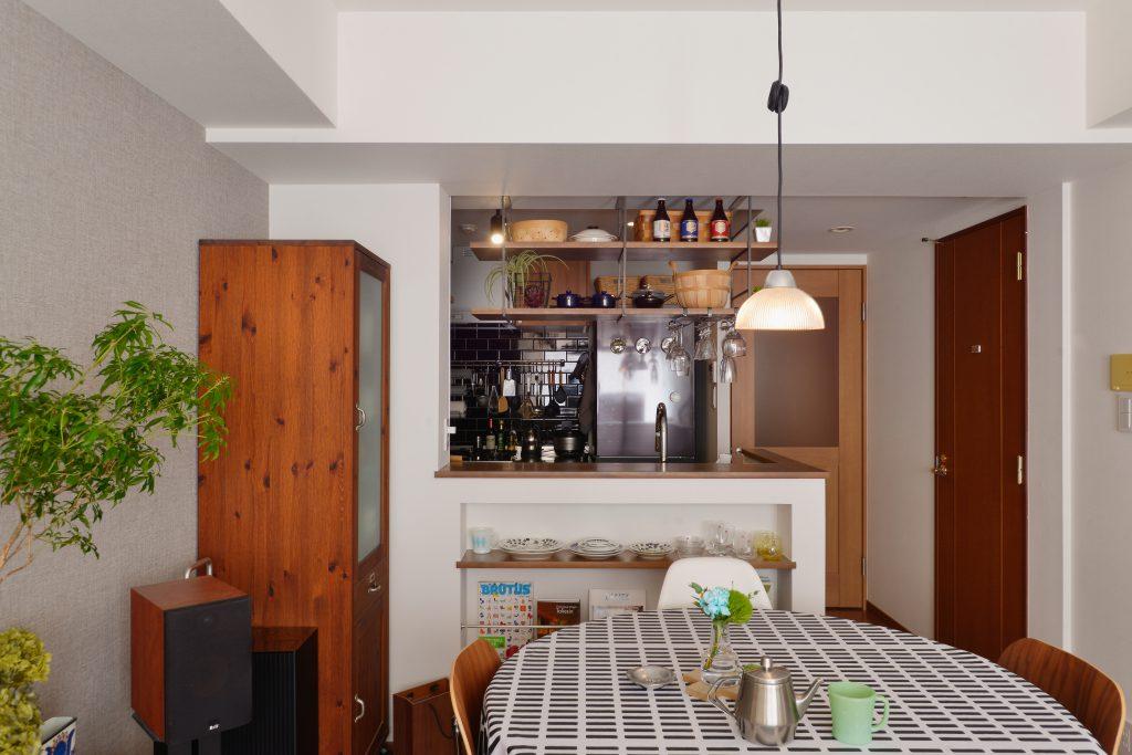 ダイニングキッチン:料理をしながら会話もしやすいキッチンです。カウンター下のニッチには好きな小物がずらりと並びます。