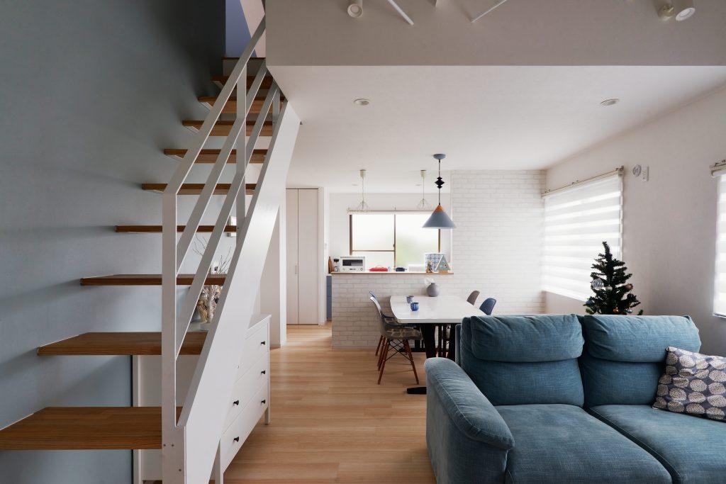 リビング:階段・手すり・腰壁も素通しにすることでより広く感じられる空間に