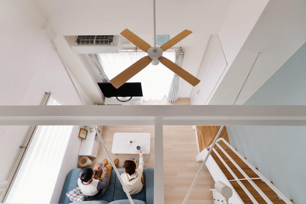 リビング:ご両親はリビングでくつろぎながらも3階で遊ぶ子ども達の様子を感じられ、お子さん達からも下でくつろぐご両親の姿が見えます。