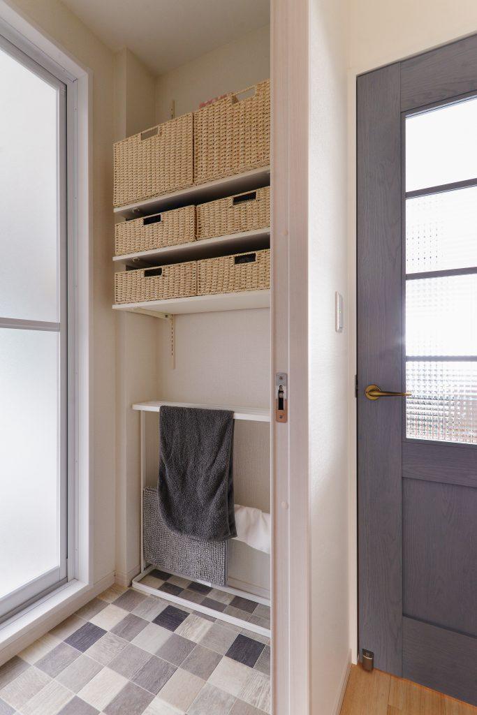 洗面室:使い勝手のいい可動棚で収納力もばっちり