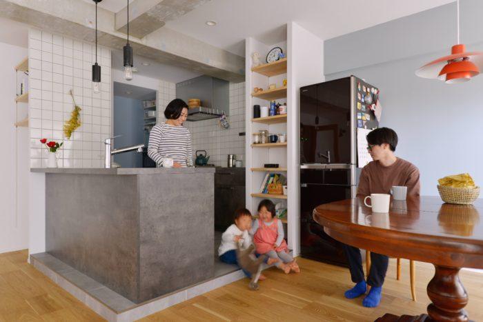 キッチンからダイニングの導線を重視し、グラフテクトの2列型キッチンを採用