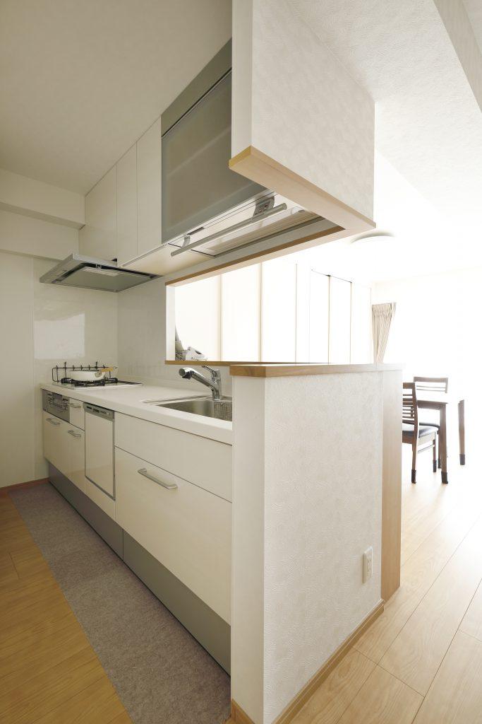 キッチン:オートダウンウォールを採用し、普段手が届かないところも活用できます