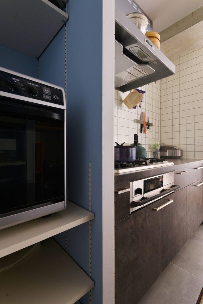 パントリーには趣味のお菓子づくりのための大きなオーブンを設置