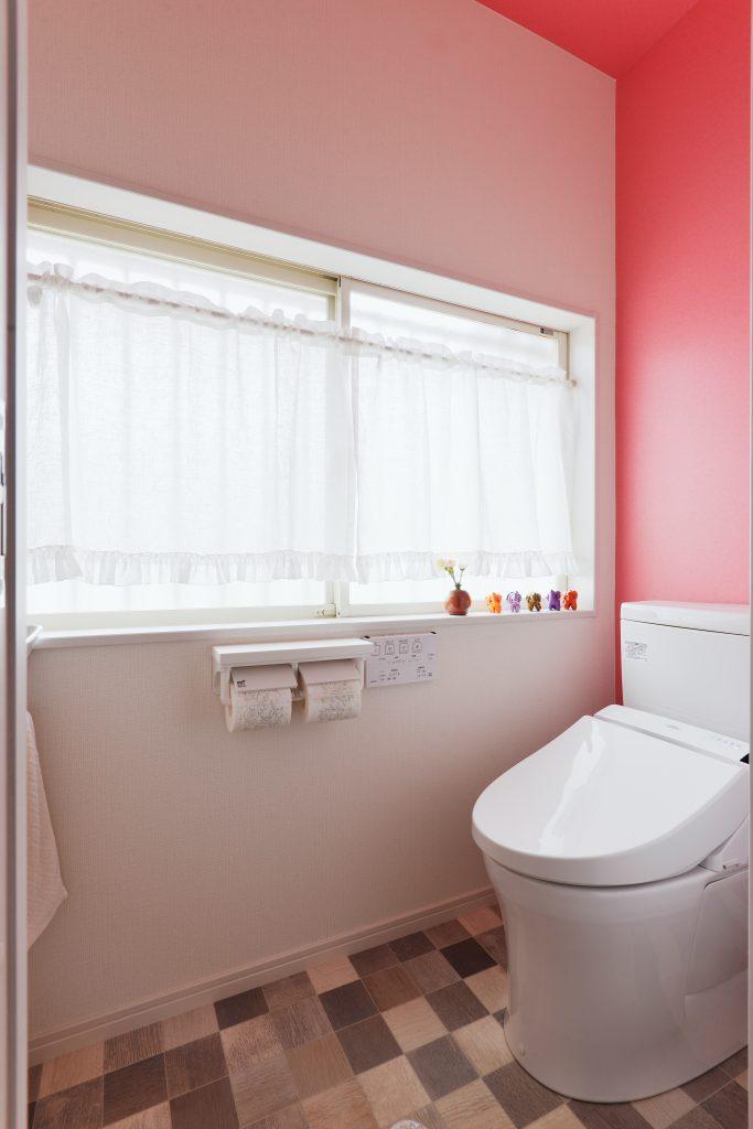 トイレ:トイレは一変。ピンクのクロスを天井まで。元々は浴室の窓だったところにトイレを 新設したので窓が大きく明るいです。