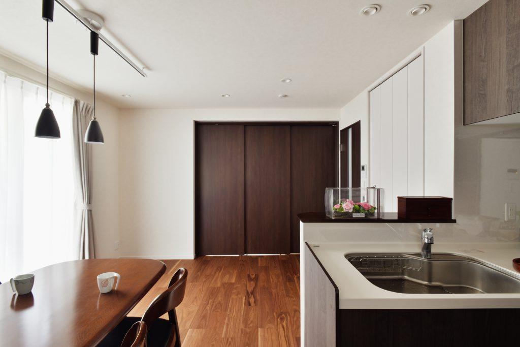 ダイニング:奥の部屋が将来の寝室です。もともとは和室でした