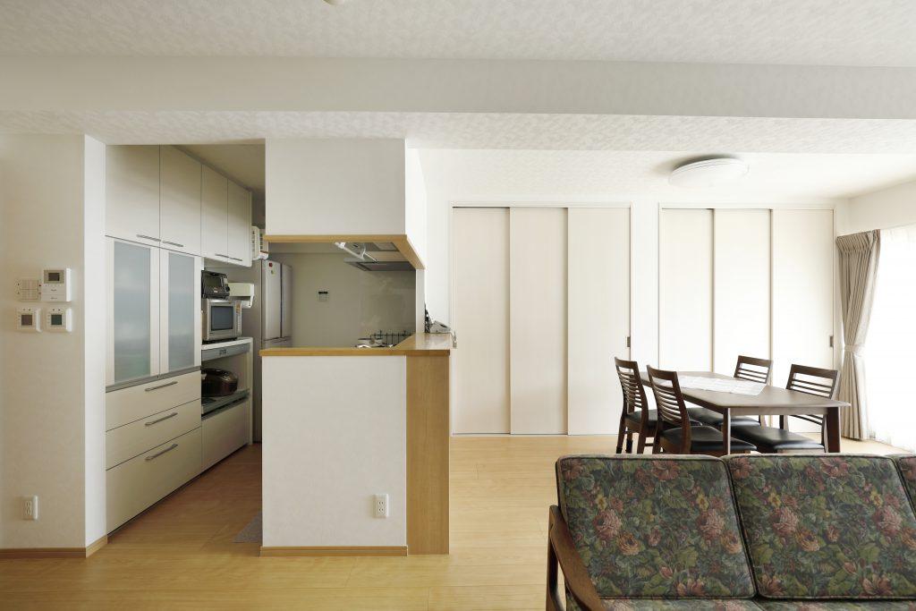 リビング:将来を考え全体的にゆとりのあるスペースを意識しました。収納家具がなくてもすっきり収まりました