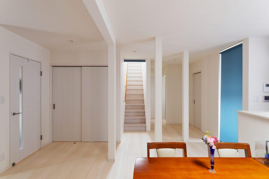 リビング:広いLDKの実現のために抜けない柱は柱として残して、なるべく壁のない空間になりました。階段はリフォーム階段で印象を統一しました。