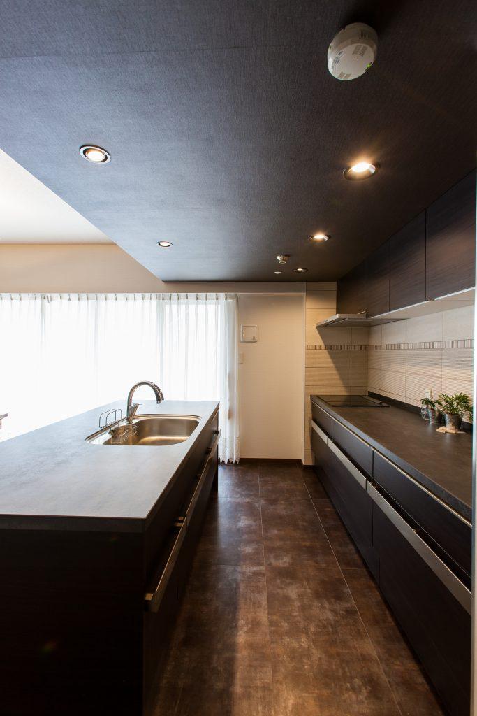 キッチン:床は男らしいデザインのフロアタイルを貼り、清掃性も向上させながら風合を合せました。