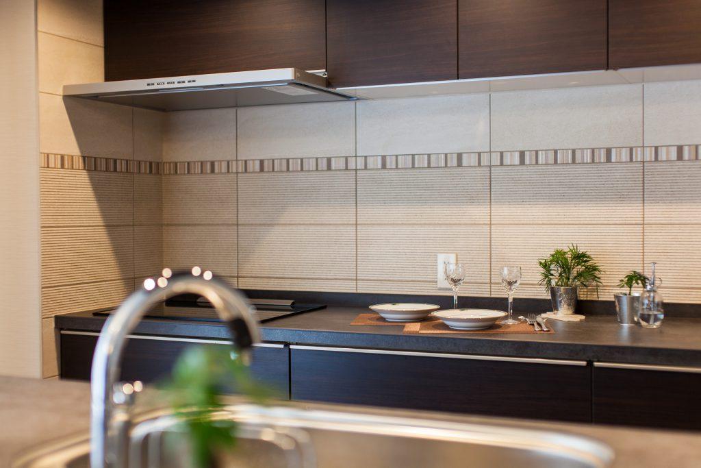 キッチン:キッチン廻りにはタイルを採用しました。アクセントラインには悩みました。