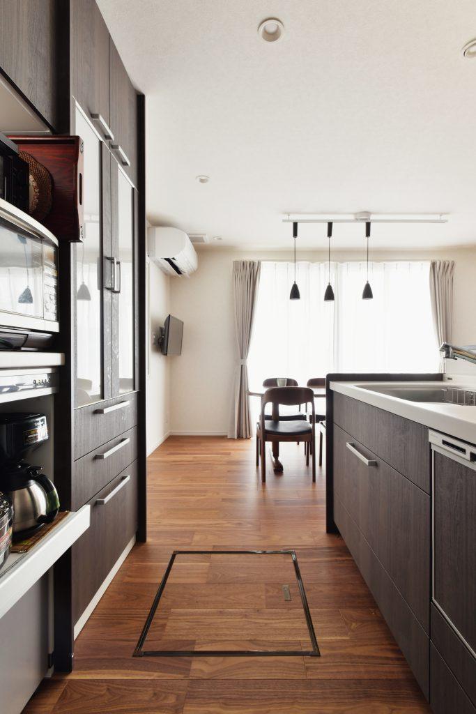 キッチン:対面キッチンにしてダイニングを通って外のウッドデッキまでの同線を改善し、家事がしやすくなりました