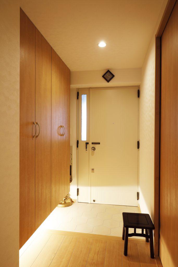 玄関:狭かった玄関もゆったりと靴の脱ぎ着ができる明るい空間へ。間接照明で高級感を演出しています。