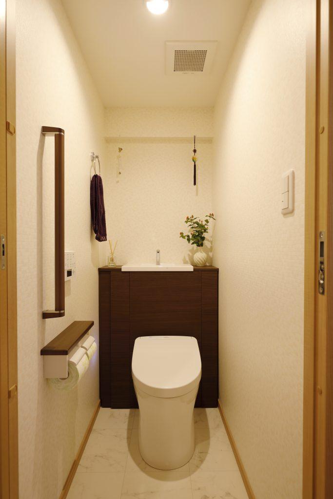 トイレ:もともと洗面室からのアクセスだったのを廊下からはいれるように。幅を広げました