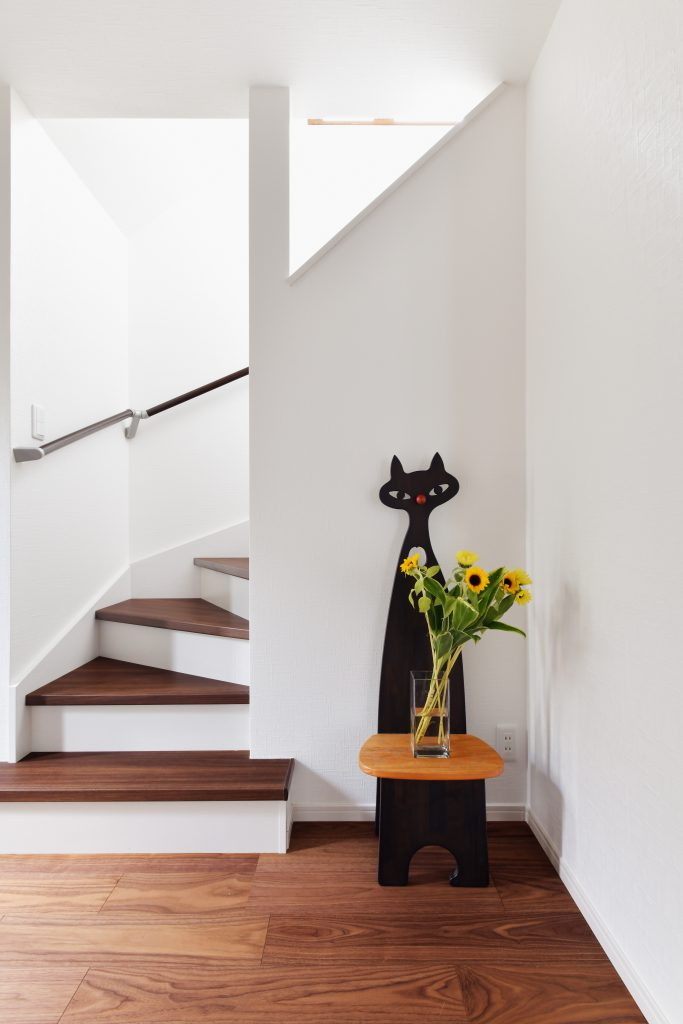 階段:壁上部に開口を作り、光を取り込めるように工夫しました