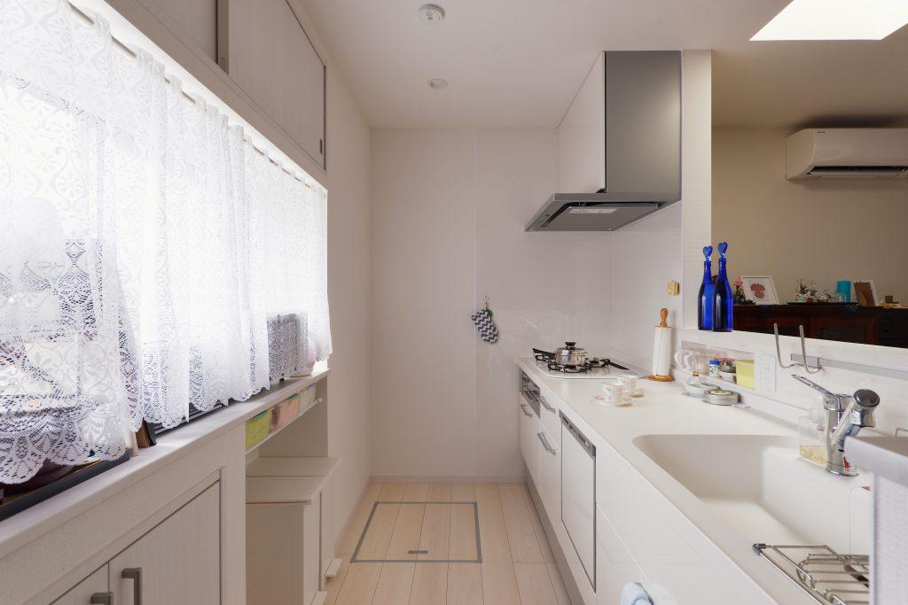 キッチン:白を基調としたシンプルなキッチン