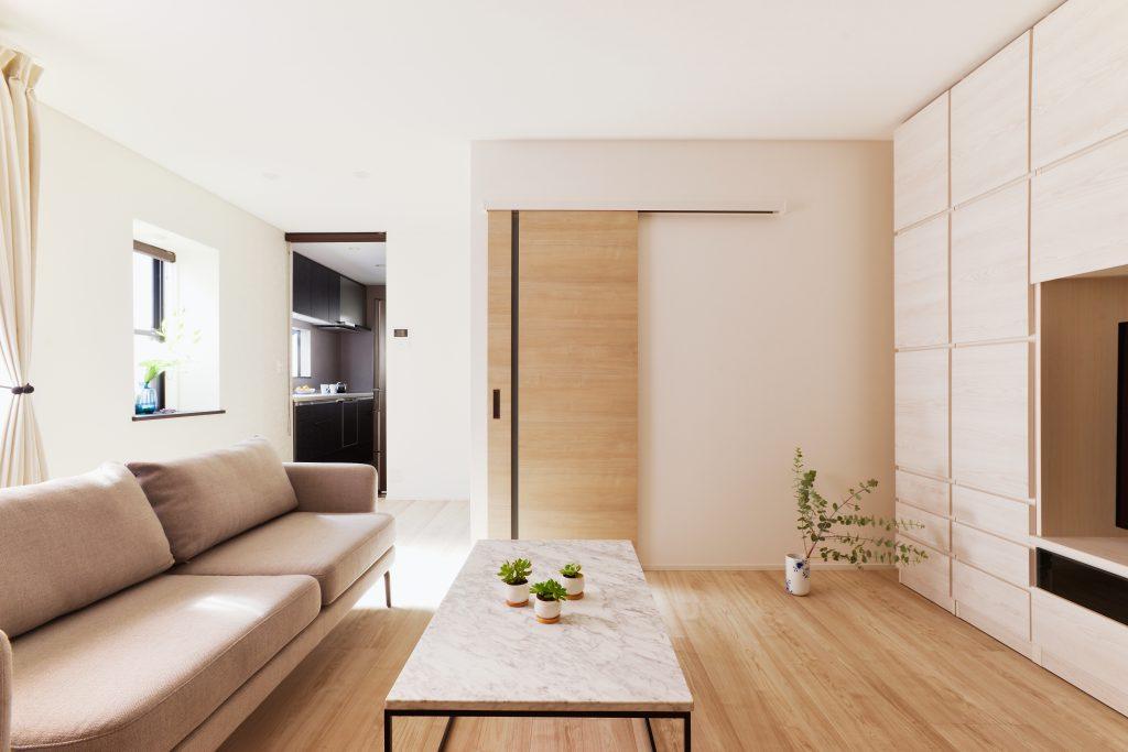 リビング:シンプルでありながら上質な空間。緑のアクセントがよく映えます。