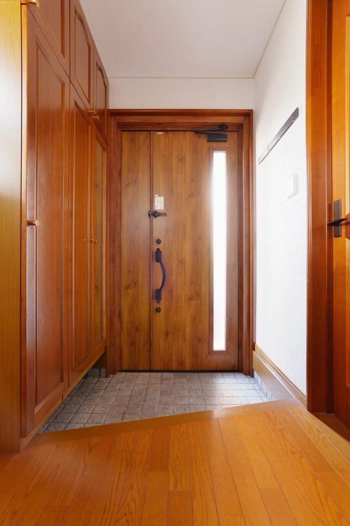 玄関:床と玄関収納は既存を残しており、新しいものと馴染むように商品を選定しています。