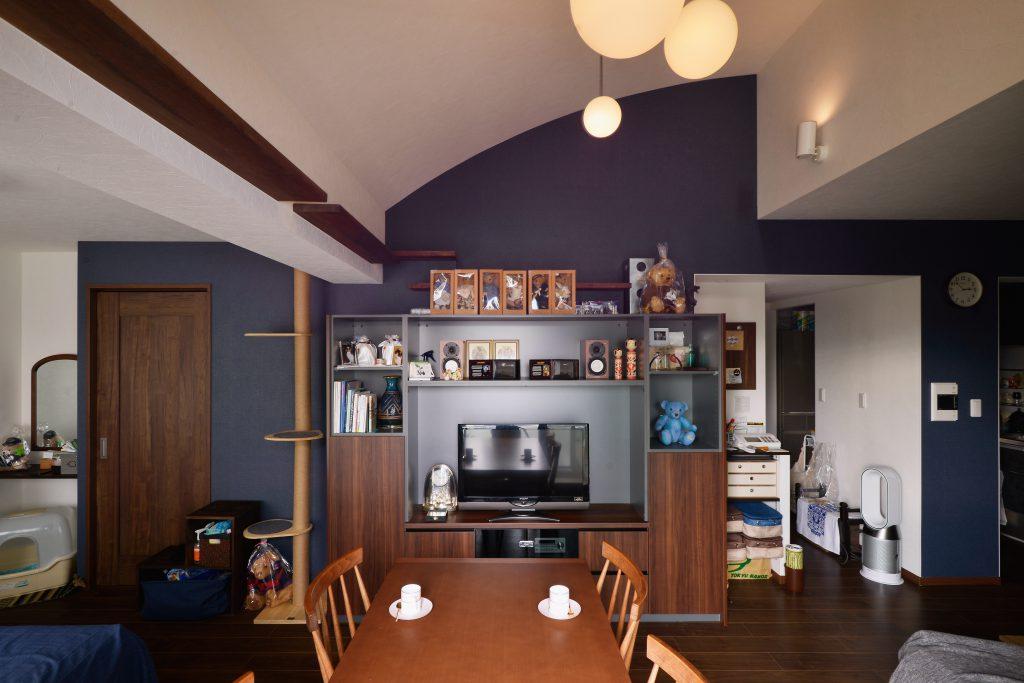リビング:TV台は床材に合わせてオーダー。紺の壁紙と相性抜群です。