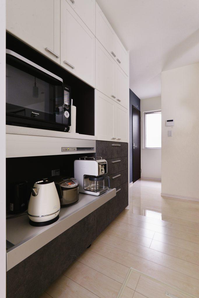 キッチン:家電収納も充実。蒸気排出ユニットのおかげで引き出さずにそのまま使うことができます。